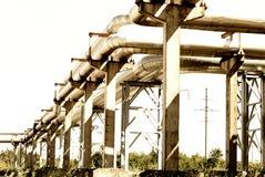 De pijpleiding van het staal wordt gefotografeerd op hemelachtergrond Royalty-vrije Stock Afbeeldingen