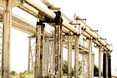 De pijpleiding van het staal wordt gefotografeerd op hemelachtergrond Stock Afbeeldingen