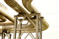 De pijpleiding van het staal wordt gefotografeerd op hemelachtergrond Royalty-vrije Stock Foto
