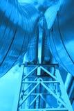 De pijpleiding van het staal wordt gefotografeerd op hemelachtergrond Stock Foto