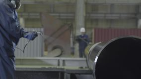 De pijpverstuiver van mensenverven De hand van mensen schildert de pijpen op de installatieclose-up stock footage