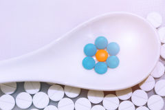 De pil wordt geplaatst in een witte lepel stock afbeelding