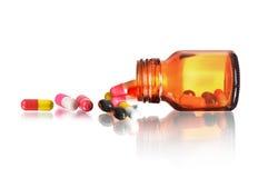 De Pillen die van de pillenfles uit pillenfles morsen Stock Foto's