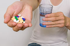 De pillen, in hand de hoop van tablettencapsules, sluiten omhoog mening Stock Afbeelding