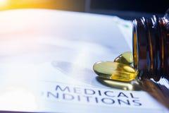 De pillen kleuren geel op de het conceptengezondheidszorg van het medicijnboek dar Stock Foto