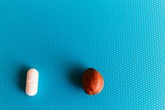 De pillen of de noten, uw keus, noten zijn nuttige of schadelijke pillen Hoe te genezen stock foto's