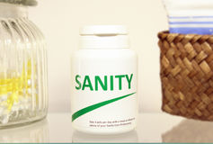 De pillen van de geestelijke gezondheid in een fles op badkamersplank stock afbeelding