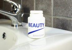De pillen van de schoonheid in een fles royalty-vrije stock foto's