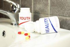 De pillen van de schoonheid en van de jeugd in een fles, maximum dof royalty-vrije stock afbeeldingen