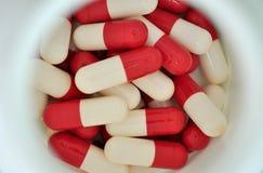 De pillen van het voorschriftmedicijn in geopende plastic geneeskundefles Stock Foto's