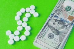 De pillen worden opgemaakt in de vorm van een dollarsymbool Stock Foto's