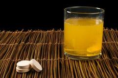 De pillenoplosbare stof van vitaminen in water Stock Afbeeldingen