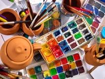 De pinceaux toujours la vie authentique sur la table à l'école de classe d'art photos stock