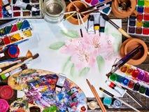 De pinceaux toujours la vie authentique sur la table à l'école de classe d'art photographie stock libre de droits