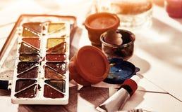 De pinceaux toujours la vie authentique sur la table à l'école de classe d'art photo libre de droits