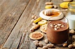 De pindakaas van de banaanchocolade smoothie Stock Afbeeldingen