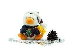 De Pinguïn van de kerstman met denneappel en zilveren sterren. Stock Fotografie