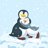 De pinguïnouder koestert leuk gelukkig kind Stock Foto