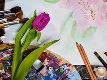 De pintura das escovas vida autêntica ainda na tabela na escola da classe de arte Imagem de Stock Royalty Free
