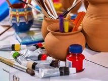 De pintura das escovas vida autêntica ainda na tabela na escola da classe de arte Fotos de Stock Royalty Free