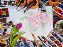 De pintura das escovas vida autêntica ainda na tabela na escola da classe de arte Imagem de Stock
