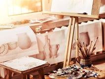 De pintura das escovas vida autêntica ainda na tabela na escola da classe de arte Imagens de Stock