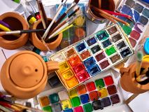 De pintura das escovas vida autêntica ainda na tabela na escola da classe de arte Fotos de Stock