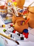 De pintura das escovas vida autêntica ainda na tabela na escola da classe de arte Foto de Stock Royalty Free
