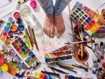 De pintura das escovas vida autêntica ainda no assoalho na escola da classe de arte Fotografia de Stock