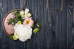 De pioen bloeit regeling op oude houten raadsachtergrond Festiv Royalty-vrije Stock Foto's