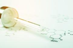 De Pipet van het laboratoriumglas op Chemisch formuledocument Stock Fotografie