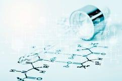 De Pipet van het laboratoriumglas op Chemisch formuledocument Royalty-vrije Stock Foto