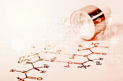 De Pipet van het laboratoriumglas op Chemisch formuledocument Stock Afbeelding