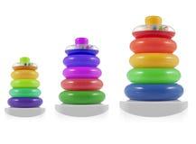 De piramide bouwt van gekleurde ringen Stuk speelgoed voor babys en peuters Stock Afbeeldingen