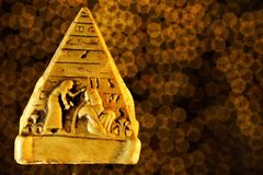 De piramide is een symbool van menselijk geestelijk stijgen De piramide is een architecturale structuur en een symbool van binnen stock fotografie