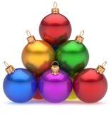 De piramide multicolored rode leider van Kerstmisballen op hoogste hiërarchie Royalty-vrije Stock Foto