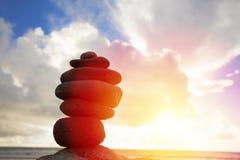 De piramide van de stenenstapel op een strand Stock Foto