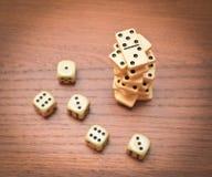 De piramide van domino's en dobbelt stock afbeeldingen