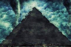 De piramide van Egypte en de steensfinx op Giza-platou tijdens het zware onweer, de regen en de verlichting in Egypte royalty-vrije stock afbeelding