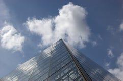 De Piramide van het Louvre Stock Afbeeldingen
