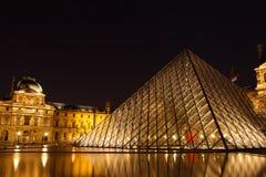 De Piramide van het Louvre Stock Fotografie