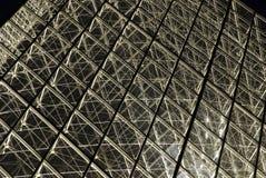 De piramide van het Louvre bij nacht Stock Fotografie