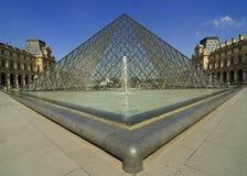 De piramide van het Louvre, Parijs Stock Fotografie