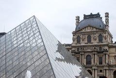 De Piramide van het Louvremuseum stock foto's