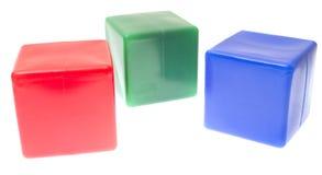 De piramide van kinderen van geïsoleerden kleurenkubussen Royalty-vrije Stock Foto's