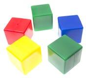 De piramide van kinderen van geïsoleerdeg kleurenkubussen Royalty-vrije Stock Foto