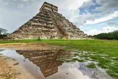 De piramide van Kukulkan met poolbezinning Royalty-vrije Stock Afbeelding