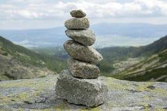 De piramide van de steensteenhoop, vallei in Hoge Tatras, Mlynska Dolina, de wilde bergen van Slowakije royalty-vrije stock foto