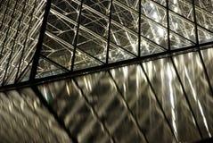 De piramidedetail van het Louvre bij nacht Stock Fotografie