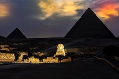 De Piramides en de Sfinx in de avond tonen lichten, Giza royalty-vrije stock afbeelding